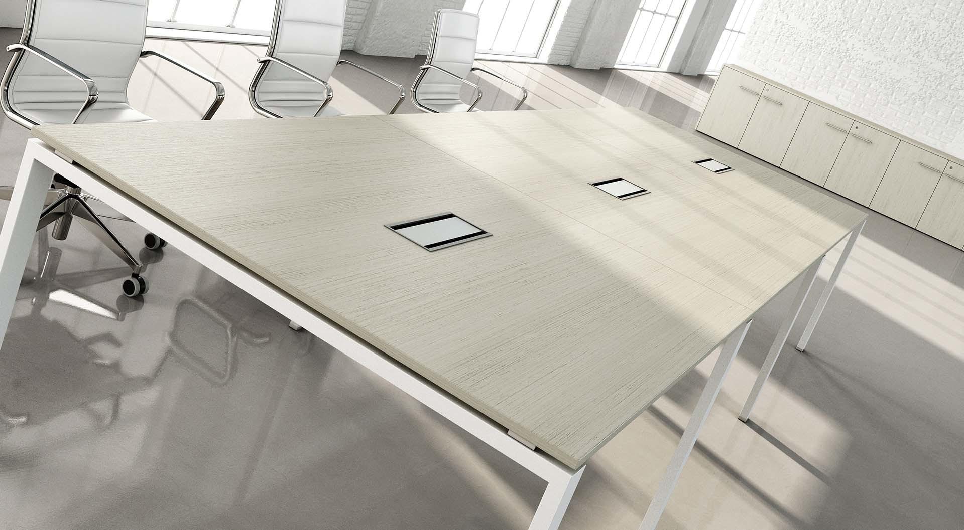Tavolo per riunione con sportelli centrali